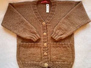 Gr.128/134 Kinderstrickjacke mit V-Ausschnitt und Taschen in der Farbe kamel aus reiner Schurwolle handgestrickt - Handarbeit kaufen