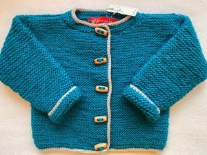 Gr.68/74 Babystrickjäckchen in der Farbe petrol mit hellbeigem Rand aus schöner, weicher Wolle kraus rechts handgestrickt - Handarbeit kaufen