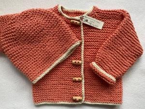 Gr.62/68 Babyjacke mit passendem Mützchen in apricot mit naturweißem Rand aus reiner, hautfreundlicher Baumwolle kraus rechts handgestrickt - Handarbeit kaufen