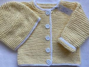 Gr.62/68 Babyjacke mit passendem Mützchen in pastellgelb mit weißem Rand aus reiner, hautfreundlicher Baumwolle kraus rechts handgestrickt - Handarbeit kaufen