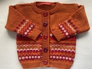 Gr.80/86 Kleinkinderstrickjacke in rot/pink/rosa aus reiner Merinowolle mit Einstrickmustern handgestrickt - Handarbeit kaufen