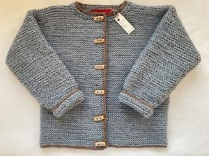 Gr.122/128 Kinderstrickjacke im Trachtenstil in graumelange mit mittelbraunem Rand aus strapazierfähiger Wolle kraus rechts handgestrickt - Handarbeit kaufen