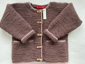 Gr.104/110 Kinderstrickjacke im Trachtenstil in der Farbe mauve mit einem rosenholzfarbenen Rand aus strapazierfähiger Wolle kraus rechts handgestrickt
