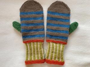 Fäustlinge in rostorange,grün, hellblau naturweiß und taupe gemustert in Größe 2 (Handlänge 20 cm) aus reiner Schurwolle handgestrickt