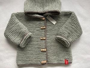 Gr.74/80 Babystrickjacke in der Farbe Hellgrau mit taupefarbenem Rand aus weichem, strapazierfähigem Wollgemisch kraus rechts handgestrickt - Handarbeit kaufen