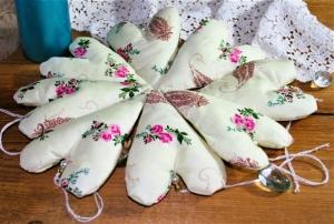 Stoffherzen deko Landhausstil Stoffanhänger Osterdekoration Tischdeko pastellgelb rosa Rosen  - Handarbeit kaufen