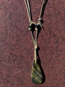 Specksteinkette mit  grünem Speckstein und  Pfotenmotiv
