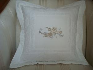 Engelskissenbezug  genäht aus weisser Baumwolle mit Metallic Engel und handgequiltet ☆ von patchwerk ☆ - Handarbeit kaufen