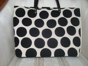 Schultertasche -  Shopper - Einkaufstasche - beige mit großen schwarzen Punkten, Lederhenkel und Reißverschluß ☆ von patchwerk ☆