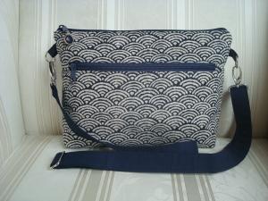 Schultertasche - Cross Body Bag - genäht aus einem blau/beigen Japanstoff - längenverstellbarer Henkel - ☆ von patchwerk ☆