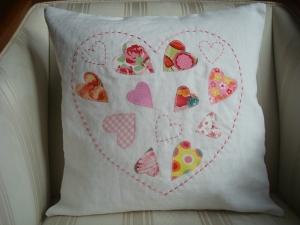 Kissenbezug  - Dekokissenbezug  - Kissenhülle - mit bunten applizierten Herzen in einem gestickten Herz ☆ von patchwerk ☆ - Handarbeit kaufen