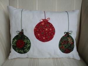 Kissen als Weinachtsdeko aus Leinen mit applizierten Weihnachtskugeln ☆ genäht von patchwerk ☆ - Handarbeit kaufen