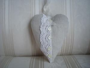 Deko Herz zum Aufhängen - aus altem Leinen mit Borte und Perlmuttknöpfen -  genäht ☆ von Patchwerk ☆ - Handarbeit kaufen
