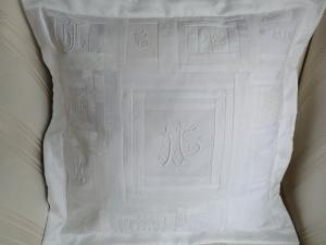 Kissenbezug aus alter weisser Damastbettwäsche und alten Monogrammen -genäht  von Patchwerk -
