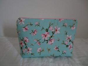Kosmetiktasche  - Schminktäschchen - Mehrzwecktäschchen - Taschenorganizer - Blütenstoff - genäht von Patchwerk