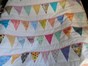 Babydecke - Spieldecke - Krabbeldecke - Kuscheldecke - Bettdecke - bunte Wimpelkette - genäht von Patchwerk - Handarbeit kaufen