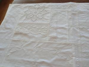 weißer Tischläufer - Vintage - aus weißem Damaststoff, spitzen und Borten - genäht von Patchwerk