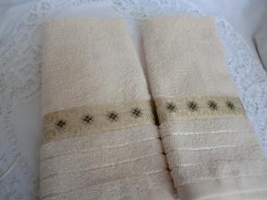 2 Gästehandtücher - cremefarben mit schöner  Borte verziert - von Patchwerk - Handarbeit kaufen