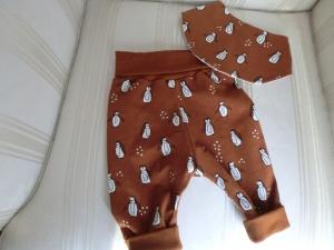 Set - Babypumphöschen mit Halstuch - Größe  62 - brauner Jersey mit Pinguinen - genäht von Patchwerk - Handarbeit kaufen