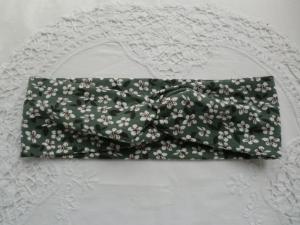 Stirnband mit Knoten aus grüngrauem  Baumwolljersey mit weißen Blüten - genäht von patchwerk    - Handarbeit kaufen