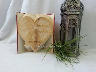 Gefaltetes Buch mit dem Motiv ♥ Brautpaar im Herz ♥ mit Hochzeitsdatum und Namen des Brautpaares ♥