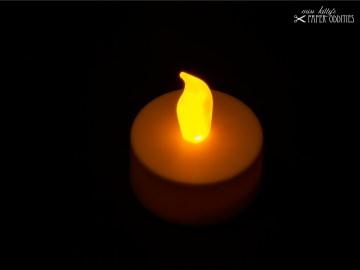 LED-Teelicht mit heller gelb-orangener Flamme, flackert nicht