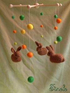 Mobile mit gefilzten Kaninchen