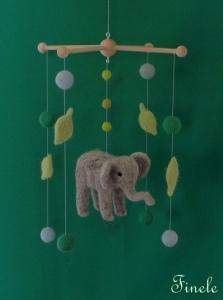 Mobile mit nadelgefilzten Elefanten mit Filzkugeln und Blätter