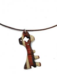 Handgefertigter Holzanhänger -Schlüssel- mit eingesetzten Strasssteinen aus drei naturbelassenen Edelhölzern an Lederband mit einem 925 Sterling Silber Karabinerverschluss