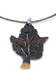 Handgefertigter Holzanhänger - Blatt - aus Königsholz, an einem Lederband mit Binderingen und Karabinerverschluss aus 925 Sterling Silber