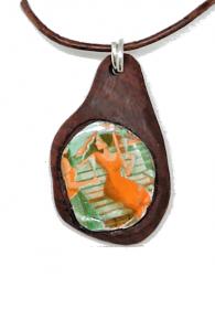 Handgefertigter Holzanhänger - Frau auf Bank - aus Chakte Kok und einem Sektkronkorken, an Lederband mit Bindering und einem  Karabinerverschluss aus 925 Sterling Silber