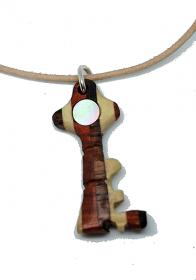 Handgefertigter Holzanhänger - Schlüssel - aus vier naturbelassenen Hölzern, mit eingesetztem Perlmutt an einem Lederband, mit Bindering und Verschluss aus 925 Sterling Silber