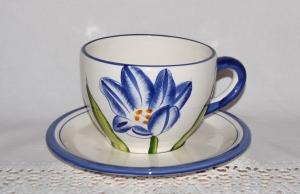 Große Tasse mit Unterteller weiß-blau mit Blume - Handarbeit kaufen