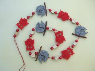 Girlande mit Filzeulen, Filzigeln, Perlen und Holzscheiben in rot - grau, ca. 100 cm
