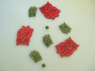 Girlande aus Holzeulen grün  -  rot  ca. 70 cm