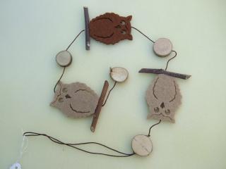 Girlande aus Filzeulen mit Holzscheiben und Ästen in Brauntönen 60 cm