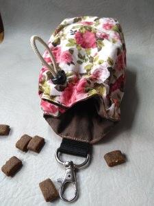 Schöner genähter ♥ Leckerlibeutel  Rose Futterbeutel Unikat für Hunde mit Herz  ♥