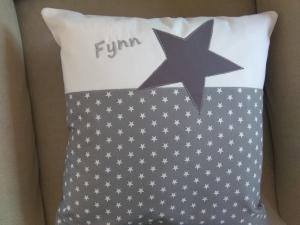 Namenskissen,   Sterne grau,   individueller Kissen Bezug personalisiert     - Handarbeit kaufen