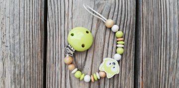 Schnullerkette Fuchs aus Holz ♥Holzperlen weiß hellgrün natur♥Schnullerband♥♀♂ - Handarbeit kaufen