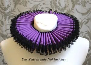 Mühlsteinkragen, Gran Gola, lila mit Stickerei und Spitze (Halsweite 36cm)