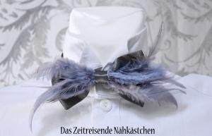Feder-Fliege, Fliege aus Taft, mit Feder-Besatz, Silber-Grau