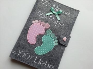 ♥♥ Mutterpasshülle aus Filz ♥♥ bestickt mit Babyfüßen