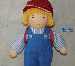 Stoffpuppe PEPE(Bergsteiger,Rote Mütze) 30 cm, Handgemachtes Einzelstück, Junge -Trikotpuppe