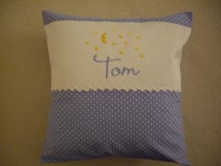 Kinder- Baby- Namenskissen bestickt mitTom und Sternenhimmel in der Größe von 30cm x 30cm jetzt bestellen