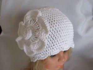 ♥ - ♡ - Taufmütze Babymütze weiß mit großer Häkelblüte für KU von ca. 46-49 cm