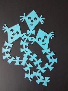Handgefertigtes Fensterbild aus Tonkarton: filigrane Drachen