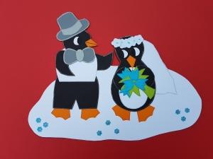 Handgefertigtes Fensterbild aus Tonkarton: Pinguin Hochzeit im Schnee