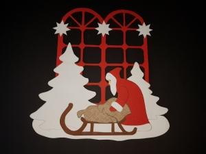 handgefertigtes Fensterbild aus Tonkarton: Weihnachtsmann mit Schlitten (filigran)