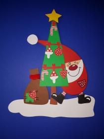 handgefertigtes Fensterbild aus Tonkarton: lustiger Weihnachtsmann mit Sack am Baum