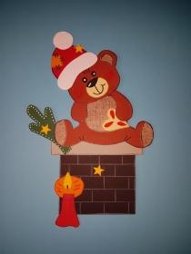 handgefertigtes Fensterbild aus Tonkarton: Teddy auf Kamin